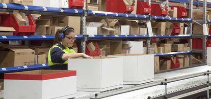 Una trabajadora en el almacén de Adveo en Tres Cantos (Madrid), el mayor activo de la compañía.