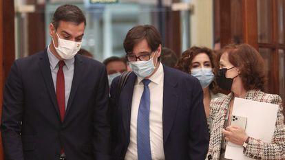 El presidente del Gobierno, Pedro Sánchez, en el Congreso con el ministro de Sanidad, Salvador Illa, y la vicepresidenta Carmen Calvo.