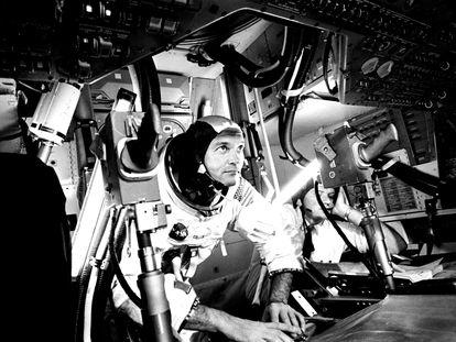 Michael Collins en el Módulo de Mando del 'Apolo 11', practicando la retirada de la escotilla de acoplamiento desde el simulador CM en el Centro Espacial Johnson de la NASA, en Houston, el 28 de junio de 1969.