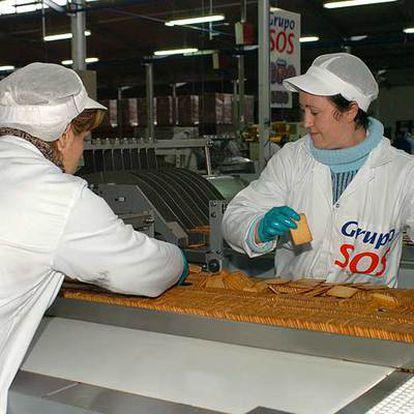 Empleadas en una fábrica de galletas de SOS Cuétara.