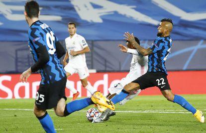 Rodrygo dispara ante Vidal en Valdebebas.
