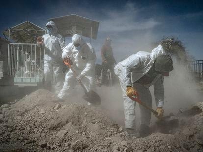 Trabajadores del Panteón Municipal de San Efrén en el Estado de México, sepultan a un hombre que murió de coronavirus, el pasado 2 de febrero.