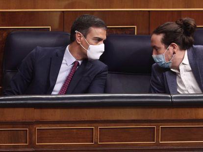 El presidente del Gobierno, Pedro Sánchez (izquierda); y el vicepresidente segundo del Gobierno, Pablo Iglesias, mantienen una conversación en el Pleno del Congreso.