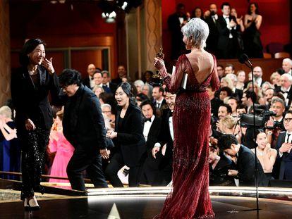 Jane Fonda entrega el premio Oscar a la mejor película en la ceremonia de 2020, en Hollywood.