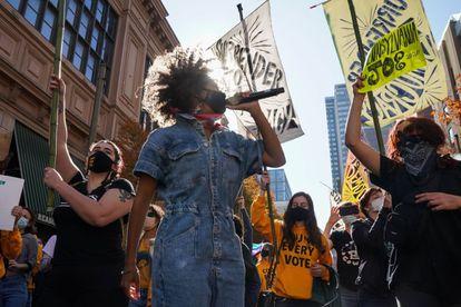 Un grupo de manifestantes bailan en el exterior del Centro de Convenciones de Filadelfia, donde se cuentan los votos, el 6 de noviembre.