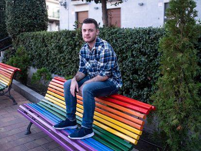 Haidar Alí Moracho, sentado el jueves sobre un banco de la plaza de la Iglesia, en Galapagar (Madrid).
