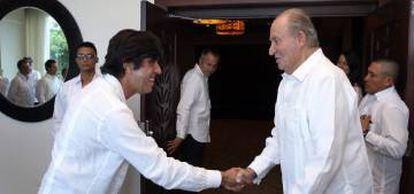 El rey emérito Juan Carlos saluda al presidente de Sacyr, Manuel Manrique (i), en la inauguración del Canal ampliado.