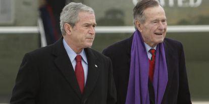 Los expresidentes de EEUU, George Bush y su hijo George W., en una imagen de 2008.