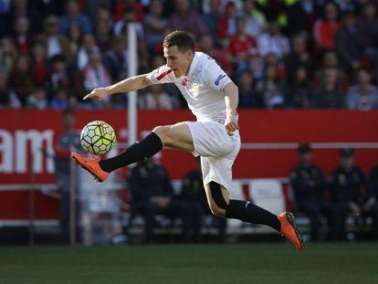 Gameiro controla el balón en el aire durante el Sevilla-Villarreal.