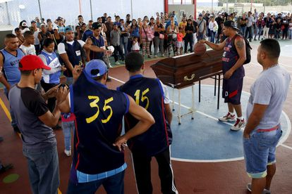Amigos de una víctima del crimen le rinden homenaje en Caracas.