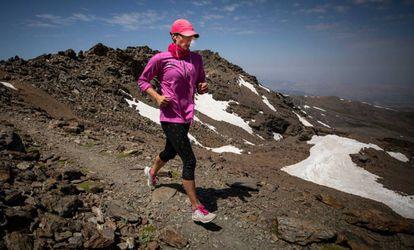 Mireia Belmonte corriendo en la cima del Veleta, el pasado junio.