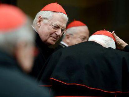 El cardenal italiano Ennio Antonelli (centro) llega a una reunión precónclave hoy en el Vaticano.