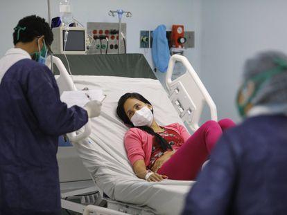 Un médico realiza una entrevista a una mujer con síntomas de la covid-19 en un hospital de Caracas, Venezuela, el 19 de marzo.