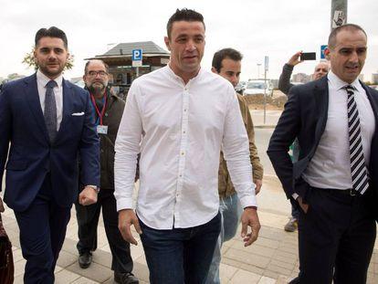 En el centro, con camisa blanca, David Serrano, a su llegada a los juzgados de Málaga.
