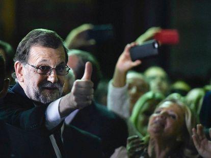 Mariano Rajoy a su salida del Congreso tras ser investido hoy presidente del Gobierno.