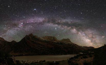 Así se ve la Vía Láctea y el resto del cielo en el monumento nacional de los dinosaurios, en el oeste de EE UU y lejos de cualquier ciudad.