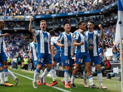 Wu Lei, en el centro, celebra un gol con sus compañeros del RCD Espanyol en LaLiga Santander.