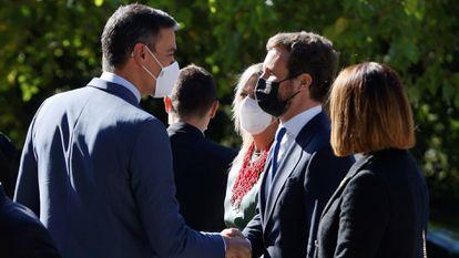 Pedro Sánchez (a la izquierda) saluda al líder del PP, Pablo Casado, el pasado 14 de octubre.
