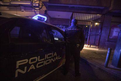 El policía nacional E., en el número 50 de la calle de Francisco Navacerrada, donde detuvieron a Alberto Sánchez.