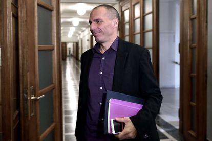 El ministro Varoufakis llega este martes al Parlamento en Atenas.