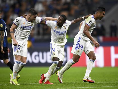 Alaba, en el centro, celebra con Valverde y Casemiro el gol del Madrid al Inter en San Siro.