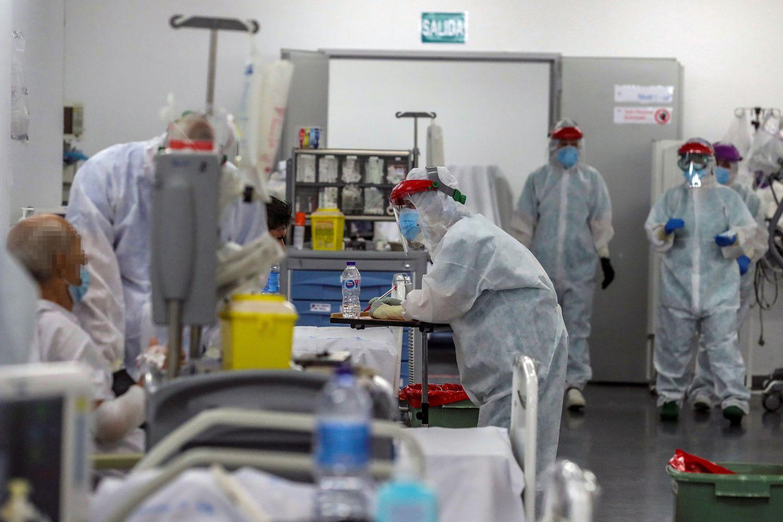 Personal sanitario en una planta del Hospital Puerta de Hierro en Madrid.