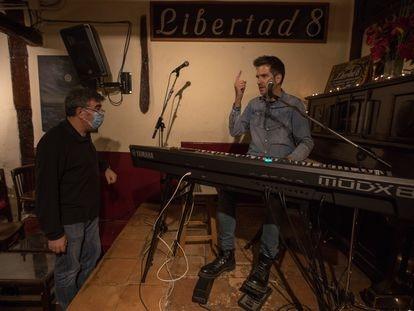 Julián Herraiz, dueño de Libertad 8, realizauna prueba de sonido con Lorenzo Vilches para un concierto en 'streaming' en el local este miércoles.