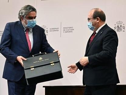El nuevo ministro de Cultura y Deportes, Miquel Iceta (d), recibe la cartera ministerial de manos de su antecesor, José Manuel Rodríguez Uribes (i), en un acto celebrado este lunes en Madrid.