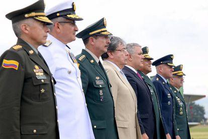 El presidente Iván Duque (centro) junto a la cúpula militar, en diciembre pasado. A su lado, el ministro de Defensa, Carlos Holmes Trujillo y el retirado general Nicacio Martínez.