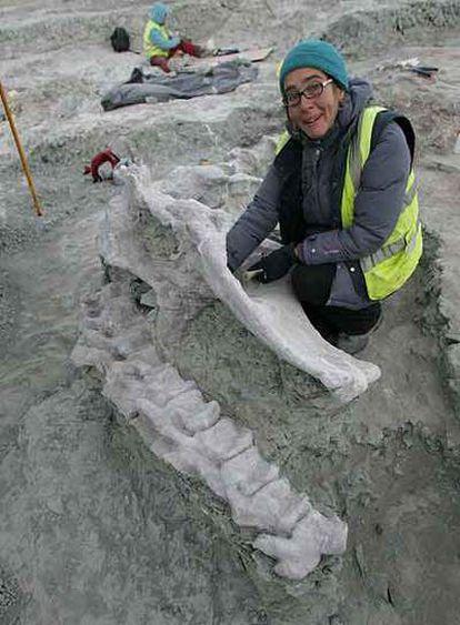 La paleontóloga Fátima Marcos, junto a restos de un dinosaurio hallados en la excavación cerca de Fuentes, Cuenca.