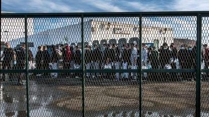 Migrantes llegados en patera pasan al menos 72 horas recluidos en una nave bajo custodia policial en Lanzarote.