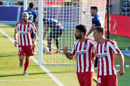 Diego Costa y Marcos Llorente celebran el gol del Atlético al Levante tras una gran jugada del segundo. / José Jordán (AFP)