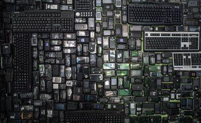 Móviles y teclados en desuso expuestos en el Metropolitan Electronics Recycling Center de Yongin, al sur de Seúl.