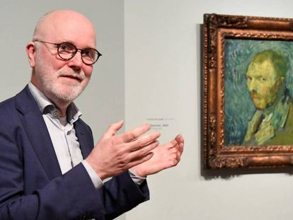 El investigador Louis van Tilborgh junto al retrato de Vincent van Gogh, en Ámsterdam. En vídeo, sus declaraciones sobre la obra.