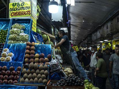 Comerciales y clientes de la Central de Abastos en Ciudad de México, el pasado 15 de noviembre.