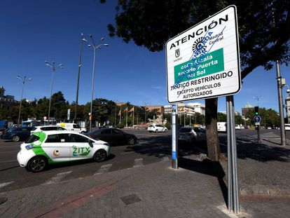 Un cartel anuncia la futura área restringida de Madrid Central junto a la plaza de Cibeles.