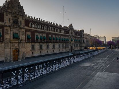 Mujeres de distintas colectivas intervinieron las vallas colocadas por el Gobierno en Palacio Nacional.