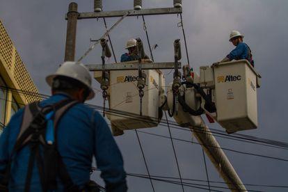 Trabajadores de la CFE arreglan un tendido eléctrico en la colonia Álamos, en Ciudad de México.