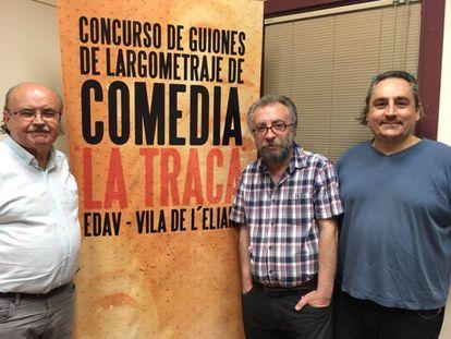 Rodolf Sirera, a la izquierda, junto a los escritores Paco López y José Marín, miembros del jurado.