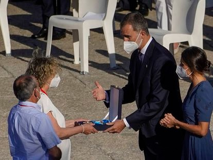Los reyes Felipe y Letizia durante la entrega de la Gran Cruz del Mérito Civil otorgada a 125 profesionales sanitarios fallecidos por la covid-19, durante el acto de homenaje de Estado a las víctimas de la pandemia este jueves.