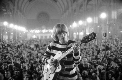 Brian Jones en un concierto en Londres en 1964 de los Rolling Stones.