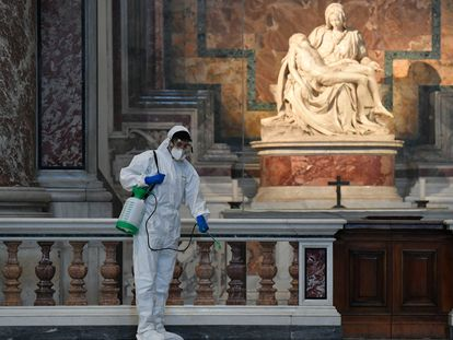 Un operario desinfecta con dióxido de cloro la Basílica de San Pedro para su reapertura.