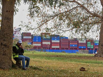 Un trabajador, frente a un buque que atraviesa este martes el canal de Suez.