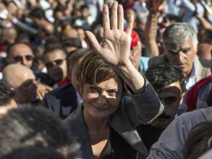 La dirigente de la oposición Canan Kaftancioglu saluda a sus seguidores tras conocer la condena a 10 años de cárcel este viernes en Estambul (Turquía).