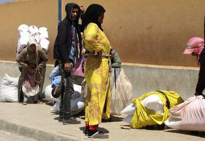 Un grupo de marroquíes esperan su turno para llevar artículos de primera necesidad desde España a Marruecos.
