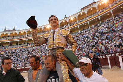 El diestro Juan Bautista sale a hombros de Las Ventas tras cortar dos orejas en la Feria del Aniversario.