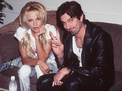 Pamela Anderson y Tommy Lee fotografiados en 1997 entre bastidores en la gala de los American Music Awards, en Los Ángeles (California).
