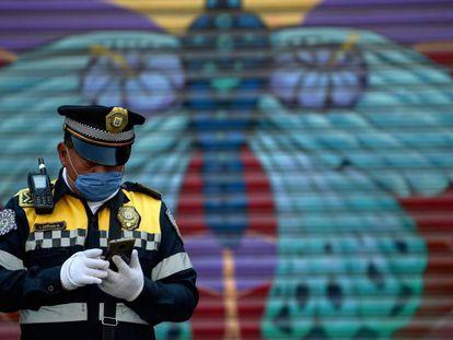 Un policía de Ciudad de México, durante la emergencia sanitaria.