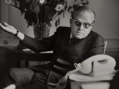 Truman Capote en su habitación del Hotel Ritz, en París, en 1966.