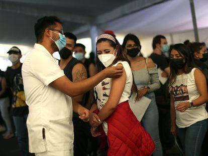 Personal sanitario aplica la vacuna contra la covid-19 a jóvenes de 18 a 29 años, en Ciudad de México.